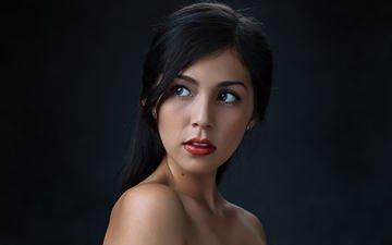девушка, портрет, брюнетка, взгляд, модель, волосы, черный фон, лицо, красная помада, luis gastón