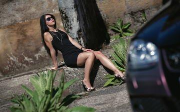 девушка, брюнетка, модель, автомобиль, черное платье, ожерелье, солнечные очки, сидя, высокие каблуки