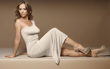 модель, актриса, белое платье, длинные волосы, сидя, дженнифер лав хьюитт, высокие каблуки