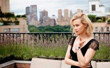 девушка, блондинка, панорама, город, часы, дома, актриса, здания, диван, декольте, сара гадон