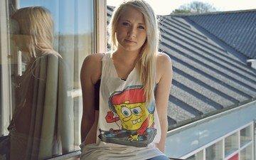 девушка, отражение, блондинка, взгляд, модель, волосы, лицо, стекло, майка, губка боб-квадратные штаны́