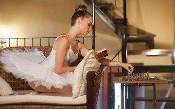 девушка, шахматы, юбка, модель, книга, пачка, балет, балерина, чтение