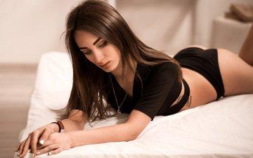 девушка, модель, позирует, в белье, на кровати, лежа