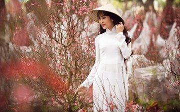 природа, цветение, девушка, взгляд, сад, модель, весна, волосы, шляпа, азиатка, белое платье, гуляет