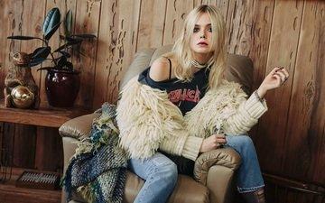 блондинка, модель, сидит, джинсы, актриса, кофта, ваза, плед, футболка, в кресле, столик, фотосессия, нейлон, 2015 год, эль фаннинг, olivia malone, элли фаннинг, aктриса
