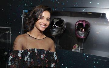 девушка, улыбка, брюнетка, взгляд, шлем, фильм, волосы, лицо, актриса, фотосессия, наоми скотт, могучие рейнджеры