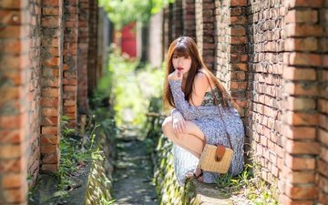 девушка, взгляд, стена, волосы, сумочка, лицо, кирпичи, азиатка, боке