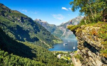 озеро, горы, природа, девушка, скала, лодки, норвегия, гейрангер-фьорд, фьорд, круизные лайнеры