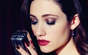 портрет, брюнетка, микрофон, музыка, губы, актриса, певица, макияж, сёрьги, красные губы, эмми россум, aктриса