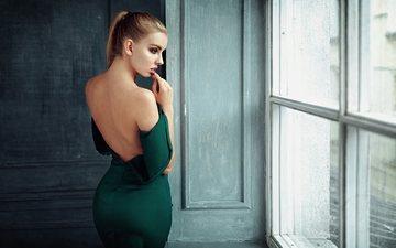 девушка, взгляд, модель, профиль, спина, волосы, лицо, окно, зеленое платье, георгий чернядьев, голые плечи