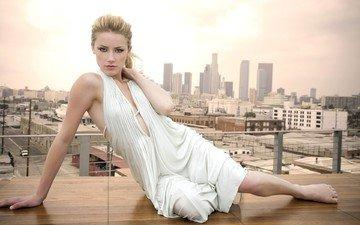 девушка, платье, поза, блондинка, город, взгляд, небоскребы, актриса, здания, эмбер херд, амбер херд