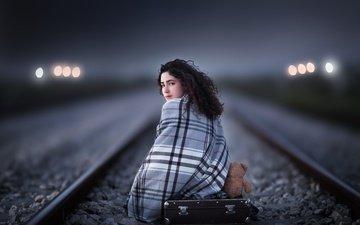 железная дорога, рельсы, девушка, взгляд, мишка, игрушка, волосы, лицо, чемодан
