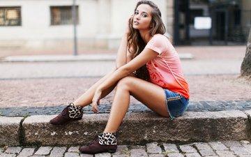 девушка, поза, взгляд, модель, ножки, волосы, лицо, джинсовые шорты