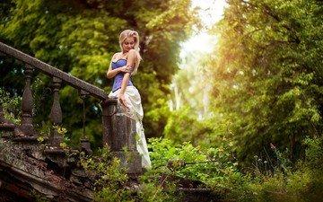 деревья, природа, лестница, девушка, блондинка, модель, волосы, лицо, солнечный свет
