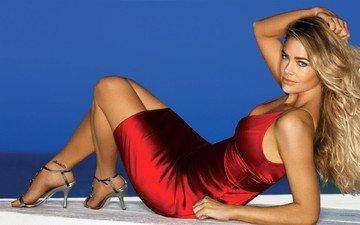 девушка, блондинка, модель, красное платье, длинные волосы, сидя, высокие каблуки, дениз ричардс