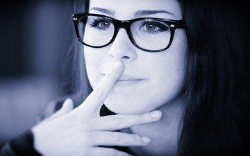 глаза, девушка, портрет, брюнетка, очки, чёрно-белое, модель, лицо, певица, лена майер-ландрут, палец на губах