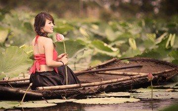 цветы, вода, природа, растения, девушка, настроение, улыбка, брюнетка, юбка, лодка, модель, лотос, азиатка, косы, сидя, голые плечи