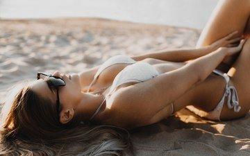 девушка, песок, пляж, очки, модель, фигура, бикини, солнечные очки, андрей попенко
