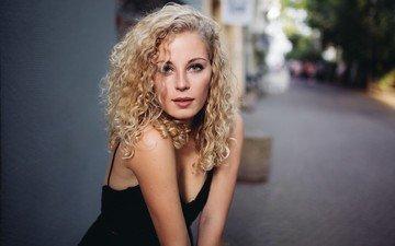 девушка, блондинка, взгляд, модель, лицо, вьющиеся волосы