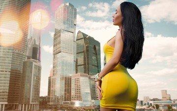 девушка, поза, город, небоскребы, дома, модель, фигура, попка, закрытые глаза, желтое платье, roman polyanchev