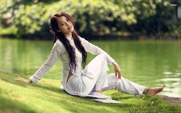 трава, вода, парк, поза, улыбка, брюнетка, модель, азиатка, длинные волосы, босиком