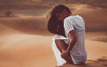 закат, девушка, песок, брюнетка, пустыня, модель, рубашка, длинные волосы