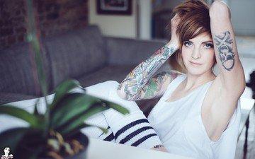 девушка, портрет, брюнетка, модель, волосы, татуировка, голубые глаза, фотосессия, руки вверх, колено