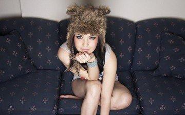 девушка, взгляд, лицо, шапка, диван, мех