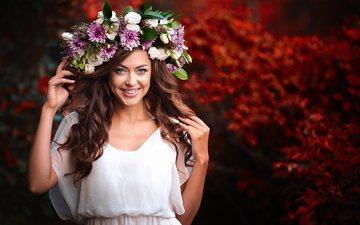 цветы, природа, девушка, платье, улыбка, локоны, венок, шатенка