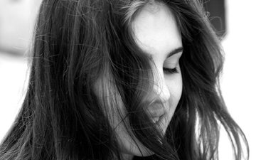 девушка, портрет, брюнетка, чёрно-белое, волосы, губы, лицо, закрытые глаза