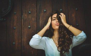 девушка, взгляд, кудри, волосы, губы, лицо, локоны, поцелуй, шатенка
