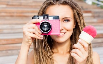 девушка, мороженое, фотоаппарат, дреды, прическа, шатенка, боке, косички