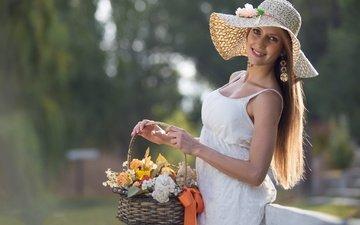 цветы, девушка, поза, блондинка, улыбка, корзина, шляпа