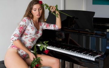 девушка, фон, поза, розы, взгляд, пианино, шатенка