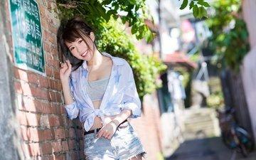 девушка, улыбка, азиатка, кирпичная стена, джинсовые шорты, chana, robin huang