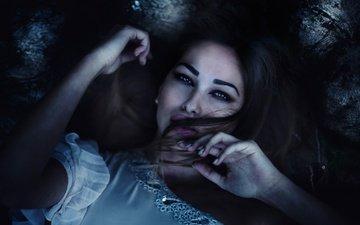 девушка, взгляд, модель, волосы, лицо, руки, макияж