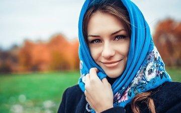 девушка, улыбка, взгляд, осень, волосы, лицо, платок