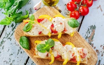 листья, сыр, хлеб, помидоры, перец, специи, бутерброды