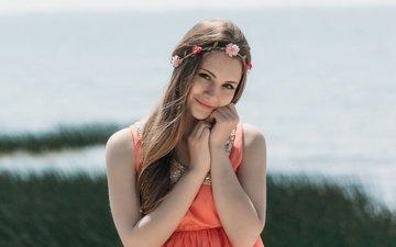 небо, берег, девушка, настроение, платье, поза, улыбка, лето, взгляд, волосы, лицо
