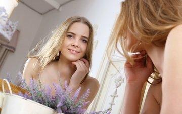 цветы, девушка, отражение, улыбка, зеркало, модель, волосы, голые плечи, каролина