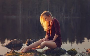 the evening, stones, girl, dress, pose, sitting, legs, river, bokeh