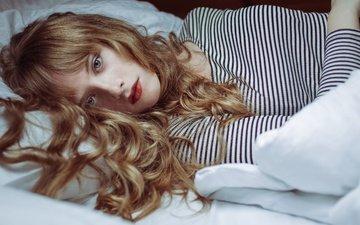 девушка, взгляд, модель, волосы, лицо, голубые глаза, локоны, губки, красная помада, лежа, kassio. epia