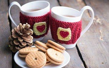 кружки, шишка, чай, сердечки, тарелка, печенье
