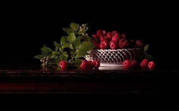 малина, черный фон, ягоды, корзинка, натюрморт, вазочка