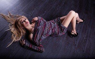 девушка, блондинка, взгляд, модель, ножки, на полу, екатерина фетисова