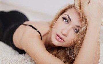девушка, блондинка, взгляд, модель, губы, лицо, лежа
