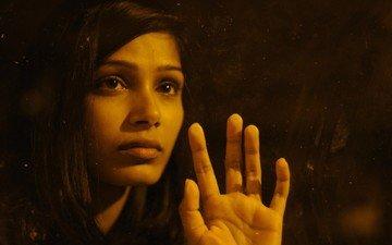 рука, девушка, взгляд, фильм, лицо, актриса, фрида пинто, мирал