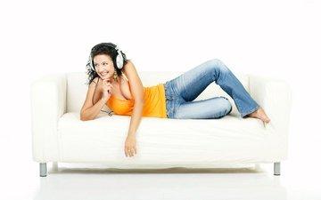девушка, улыбка, брюнетка, лежит, наушники, джинсы, белый фон, диван, майка, босиком