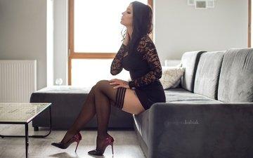 платье, поза, брюнетка, сидит, тату, ножки, чулки, окно, фигура, диван, туфли, столик, в чёрном, grzegorz kubiak, gosia