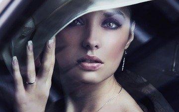 рука, девушка, взгляд, модель, кольцо, лицо, стекло, шляпа, сёрьги, леди, красивая, цепочка, маникюр